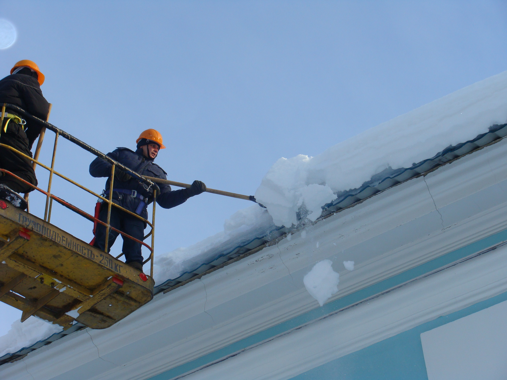 Уборка снега с крыши томск